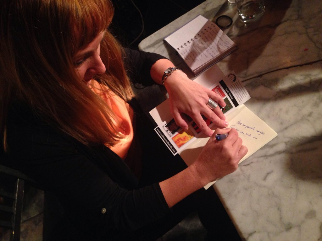 Esther Casares firmando ejemplares al final del acto.